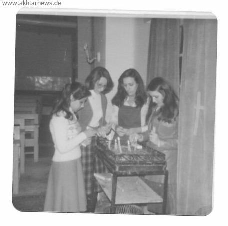 همسر آقای منصوریان و دوستان ارمنی در حین روشن کردن شمع در کلیسای نمره چهل